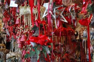 Traditionell in rot, grün und Stroh