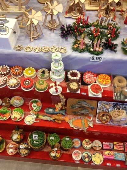 Die Torten im Puppenhaus sind so groß wie ein 2 Euro Stück!