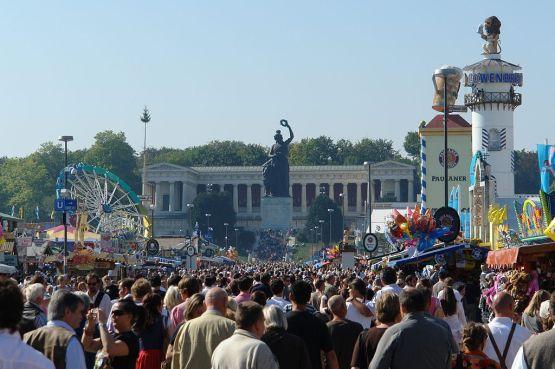 Oktoberfestbesucher stehen auf der rechten Seite des Hauptbahnhofs an Foto: Hullbr3ach~commonswiki