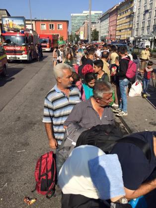Syrische Flüchtlinge stehen auf der linken Seite des Hauptbahnhofs München an Foto: Michael Westermann