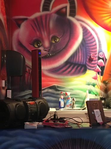 Wandmalerei mit Grinsekatze im verrückten Eismacher