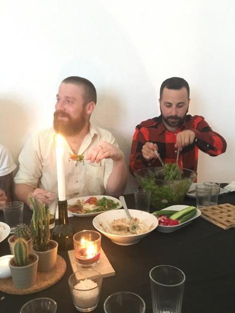 Fröhliche Runde internationaler Gäste