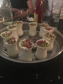Halbgefrorenes Joghurt mit Rosenwasser und Pistazien serviert
