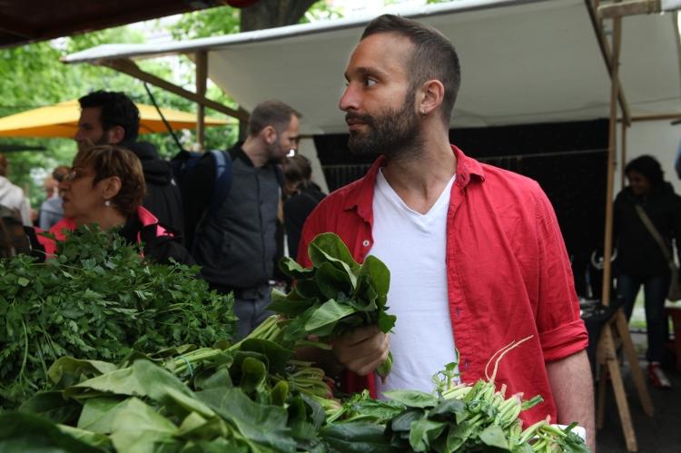 Gastgeber Alon kauft seine Zutaten frisch auf dem Markt ein