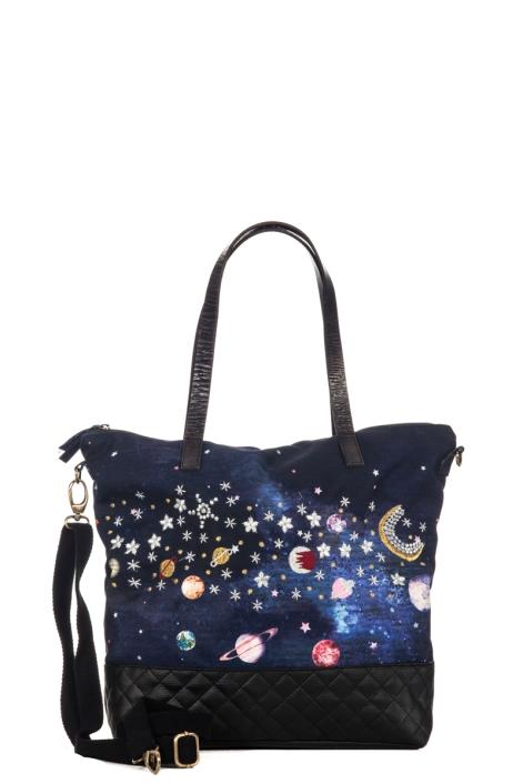 Großer Shopper mit Starstyling
