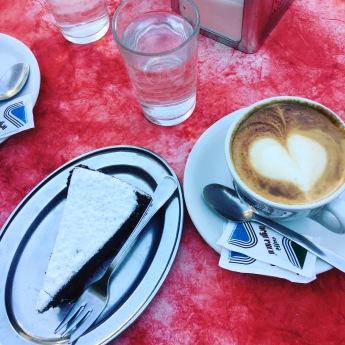 Cappuccino und Schokoladentorte in Rom