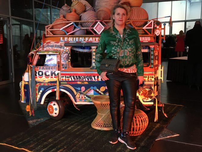 Ethnoinspirierte Kleidung und indischer Marktwagen