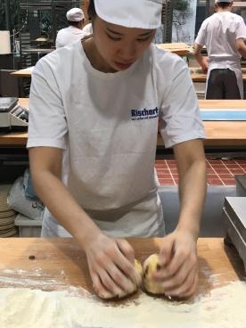 Immer zwei auf einmal: die Bäckerin formt Osterfladen