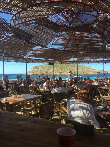 Immer voll: der Strandclub von Cala Compte, eine einzige Modenschau!