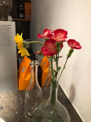 Blumen im Bocksbeutel - jedes Detail erinnert an den Frankenwein