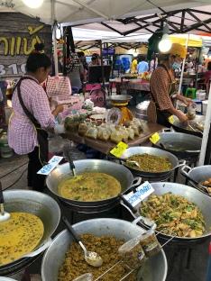 ein Nachtmarkt mit Food in Khanom