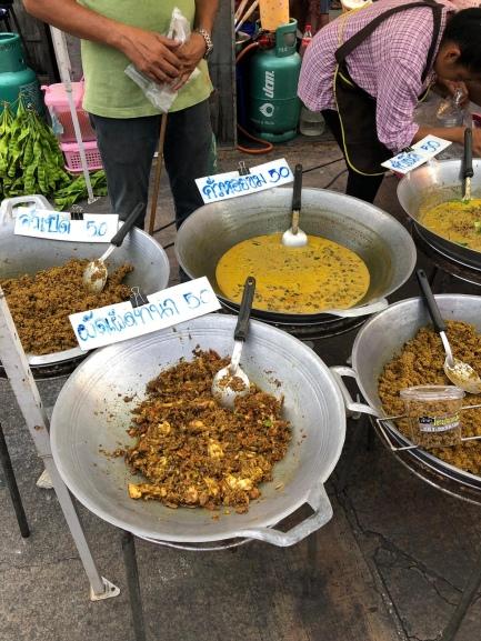 Curries auf dem Nachtmarkt in Khanom