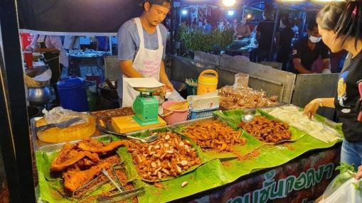Meine erste Made gegessen: Frittierte Insekten in Khanom